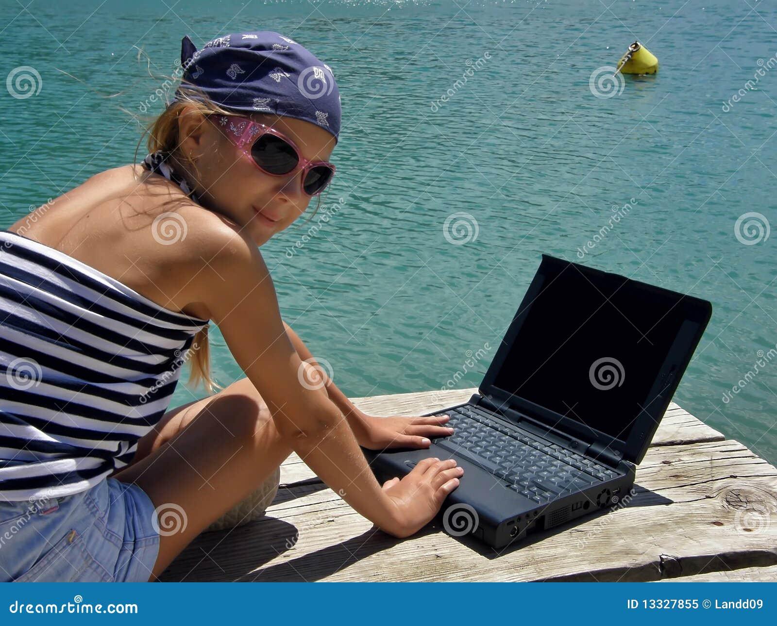 Dziecka dziewczyny laptopu morze