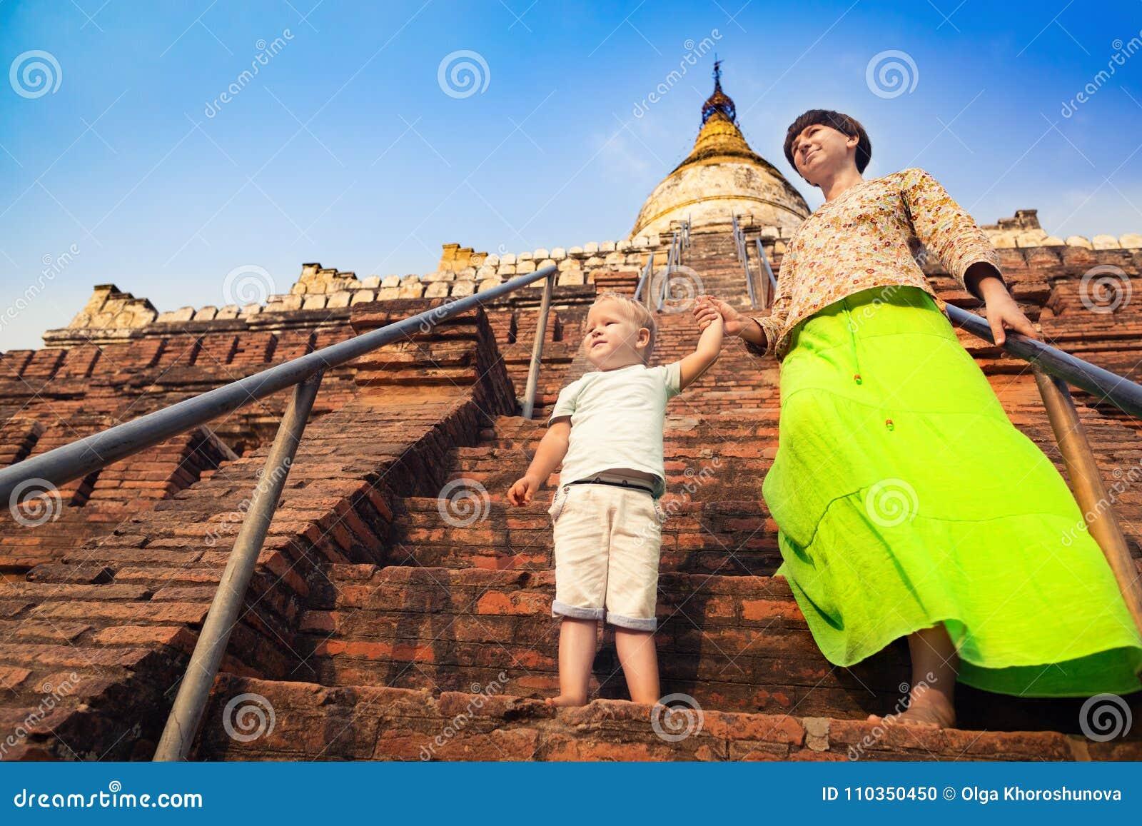 Dziecka i mamy pięcie na Shwesandaw pagodzie w Bagan Myanmar