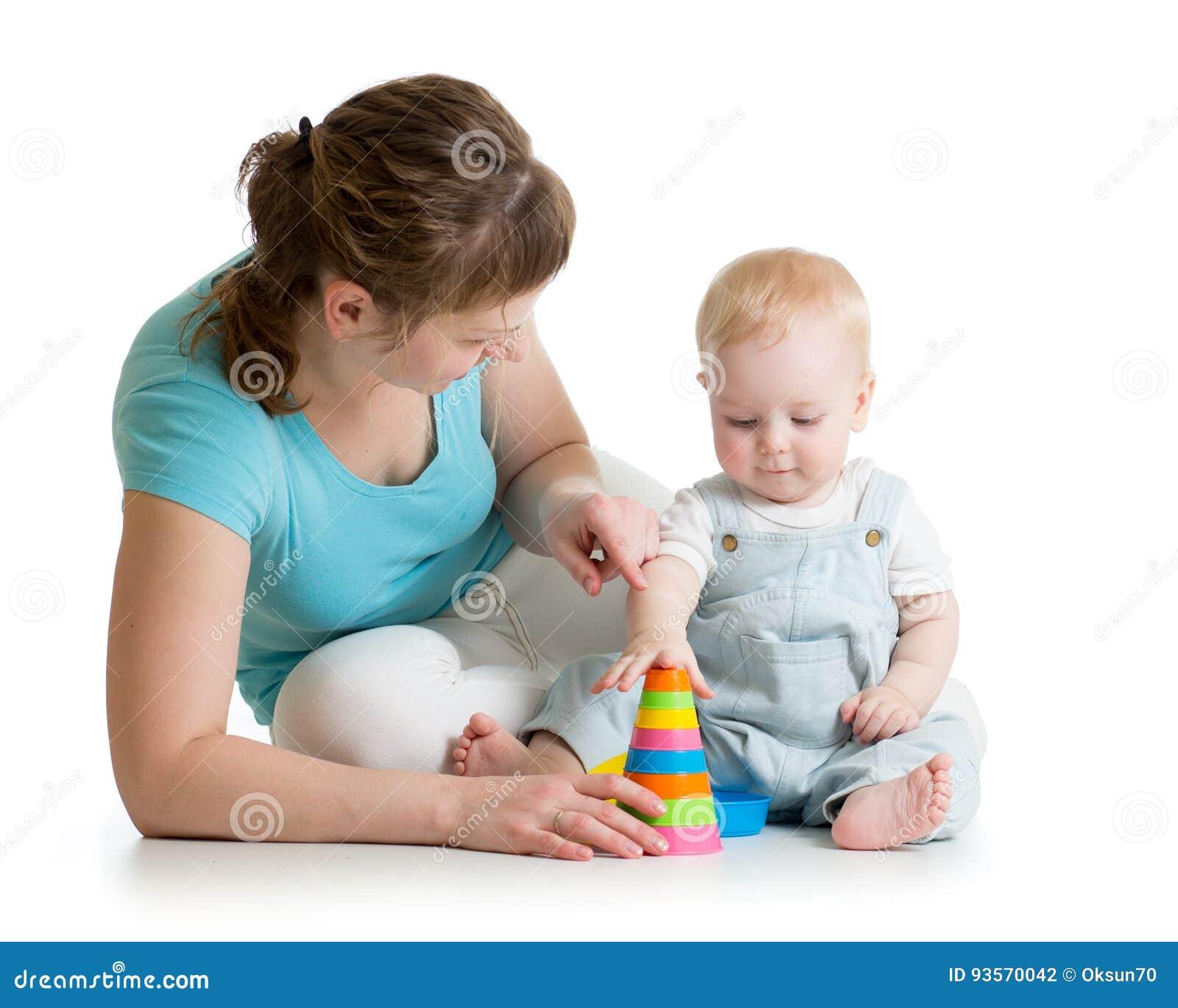 Dziecka i mamy sztuka z blokowymi zabawkami