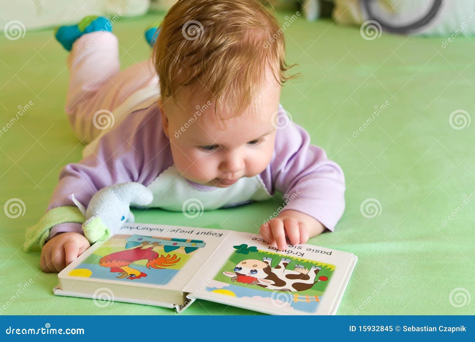 Dziecka książkowy dziewczyny czytanie