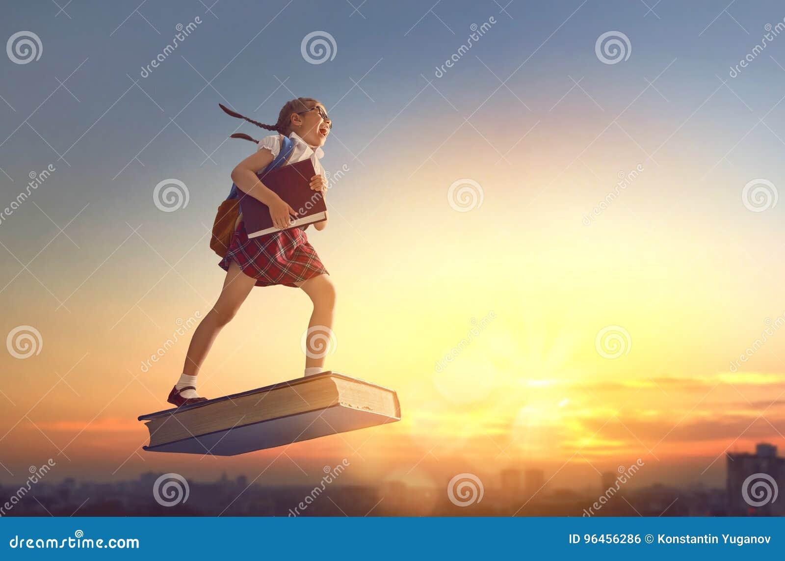 Dziecka latanie na książce