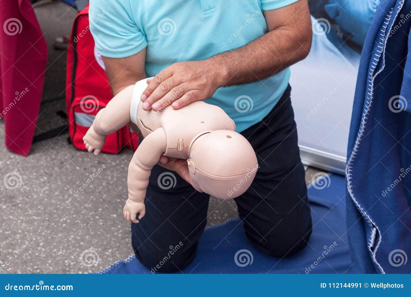 Dziecka lub dziecka pierwszej pomocy szkolenie dla dławić