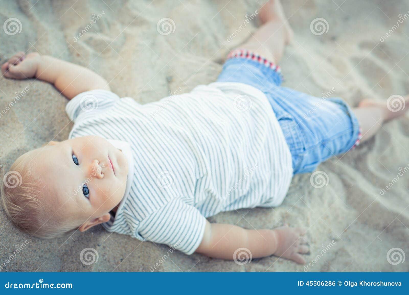 Dziecka lying on the beach