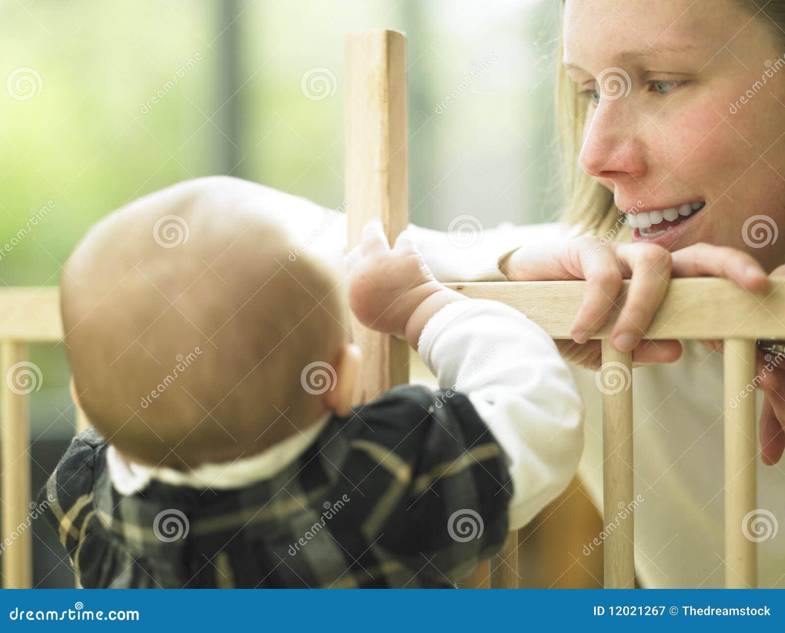 Dziecka mama nad kojec poręcza ja target2221_0_