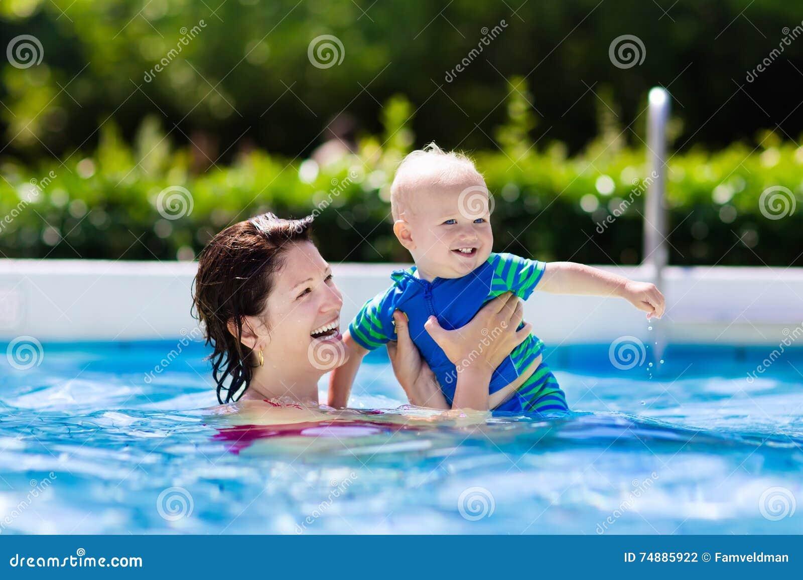 Dziecka matki basenu dopłynięcie