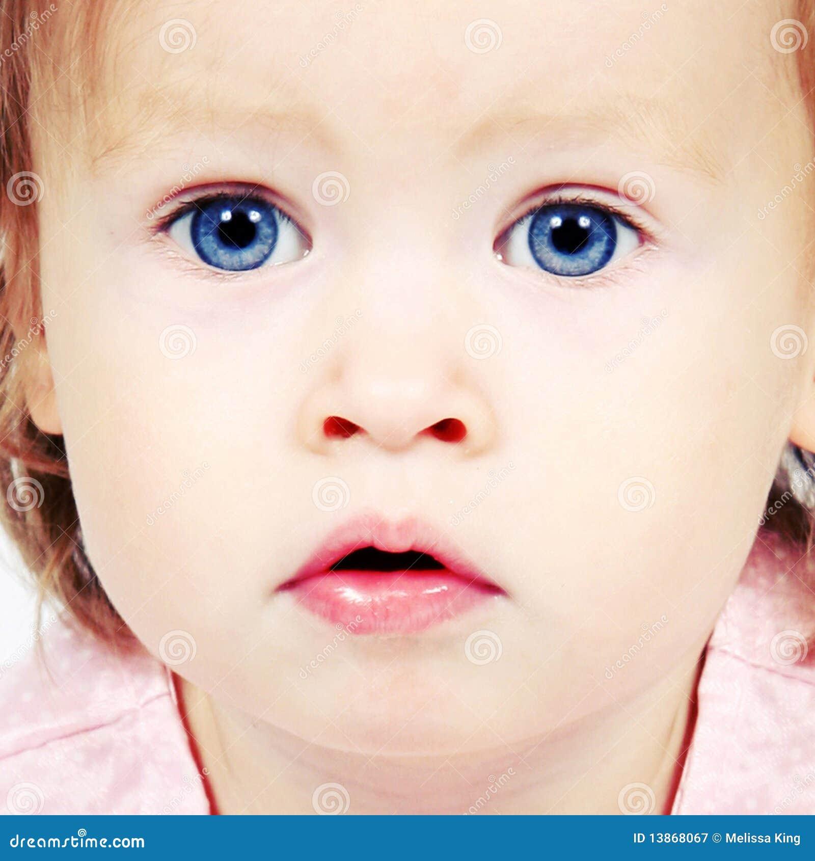 Dziecka niebieskich oczu dziewczyna