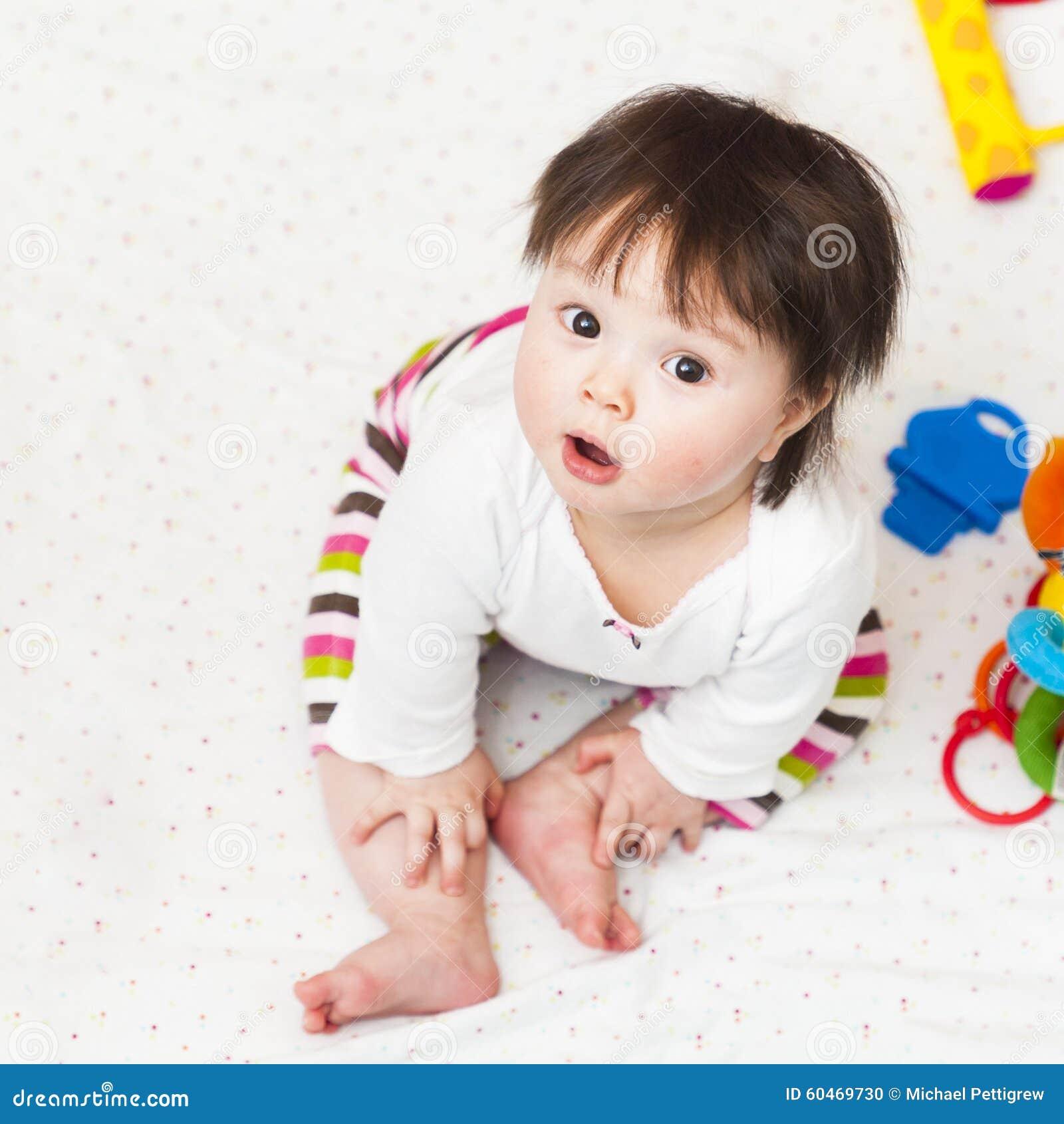 Dziecka obsiadanie w kojec i przyglądającym up