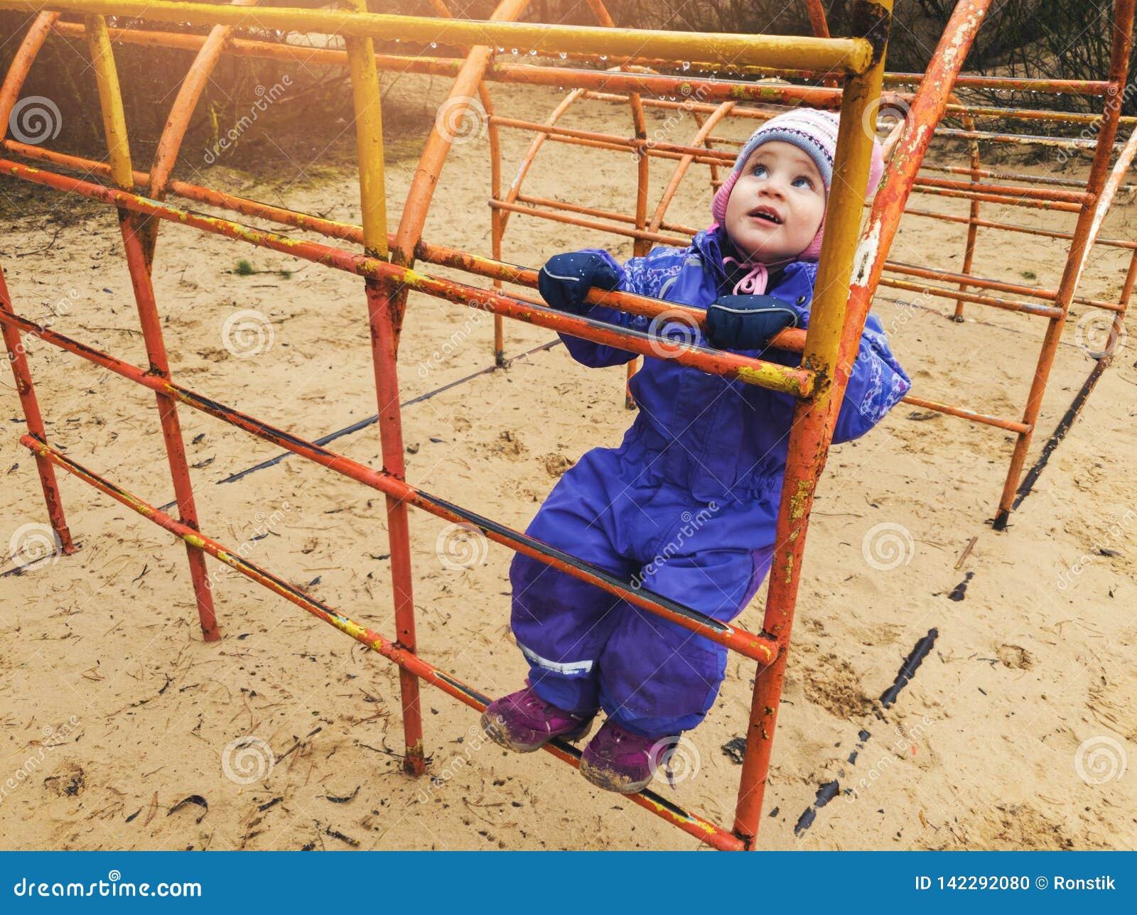 Dziecka pięcie na drabinie przy boiskiem