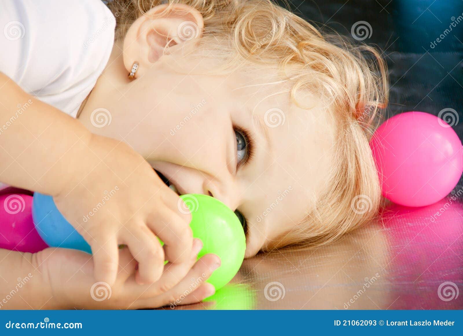 Dziecka piłek dziewczyny bawić się