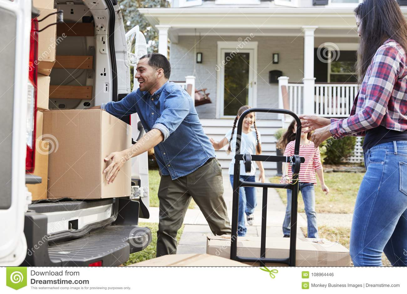 Dziecka pomagać Rozładowywa pudełka Od Van Na Rodzina chodzenia W dniu