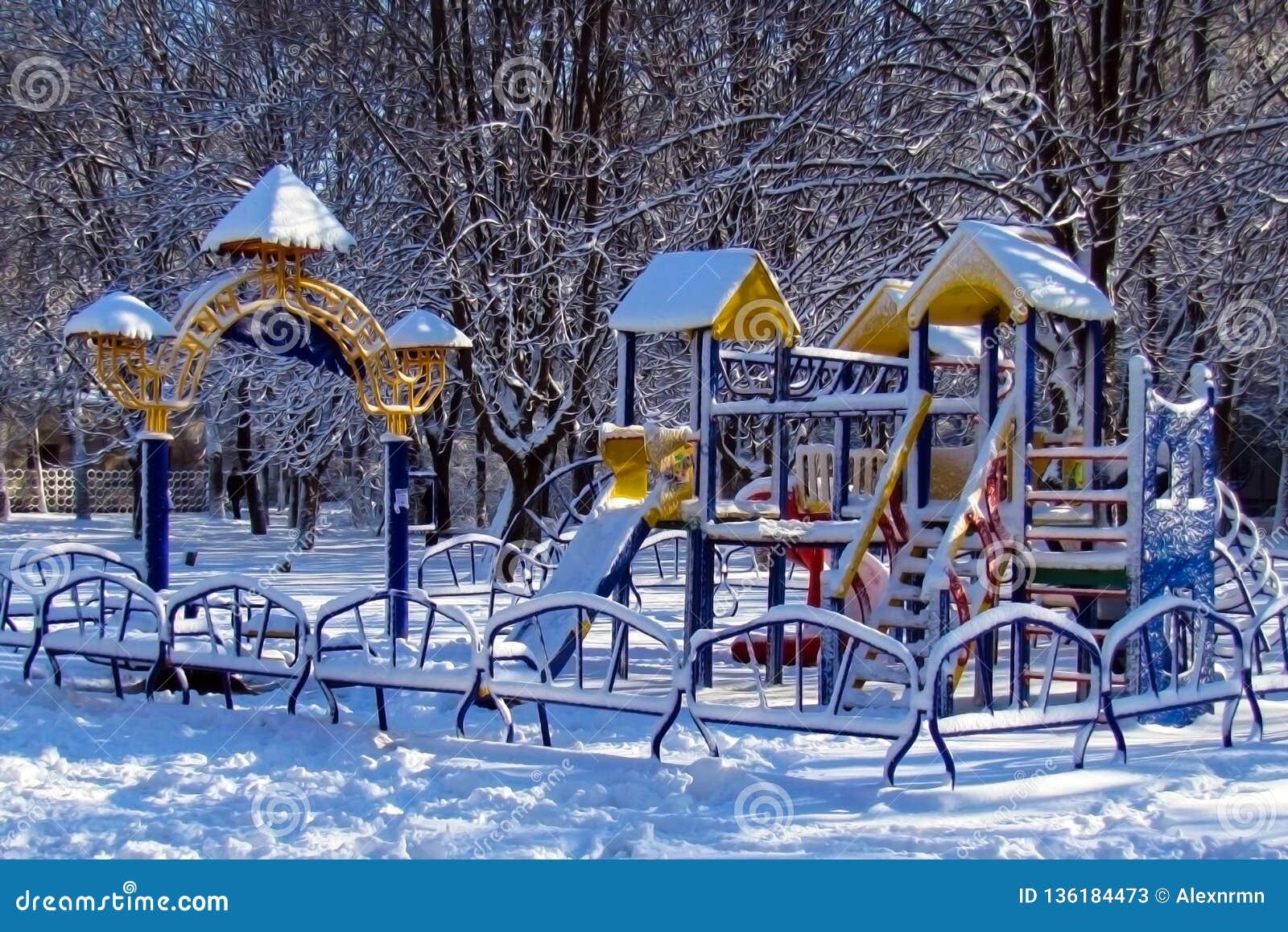 Dziecka ` s boisko zakrywający z śniegiem