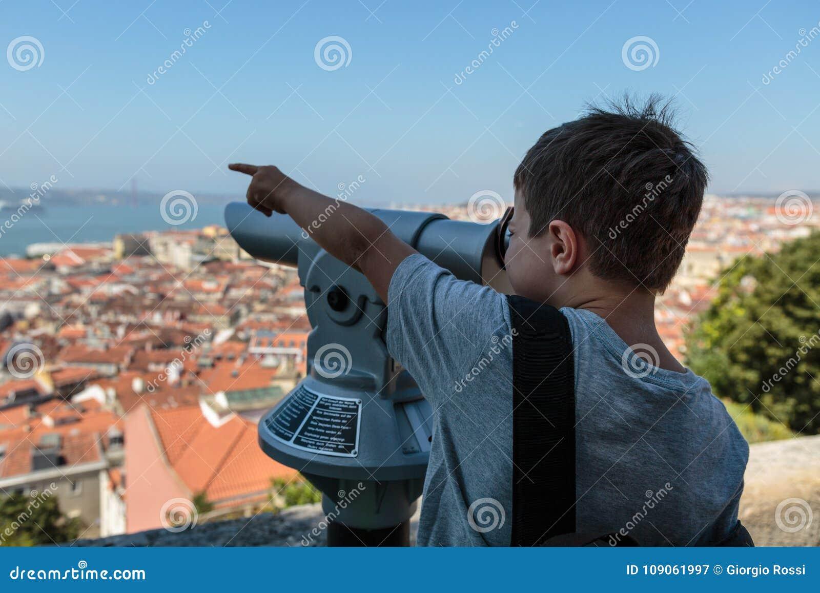 Dziecka Viewing Od Panoramicznego teleskopu w Sao Jorge kasztelu: Widok Z Lotu Ptaka Lisbon