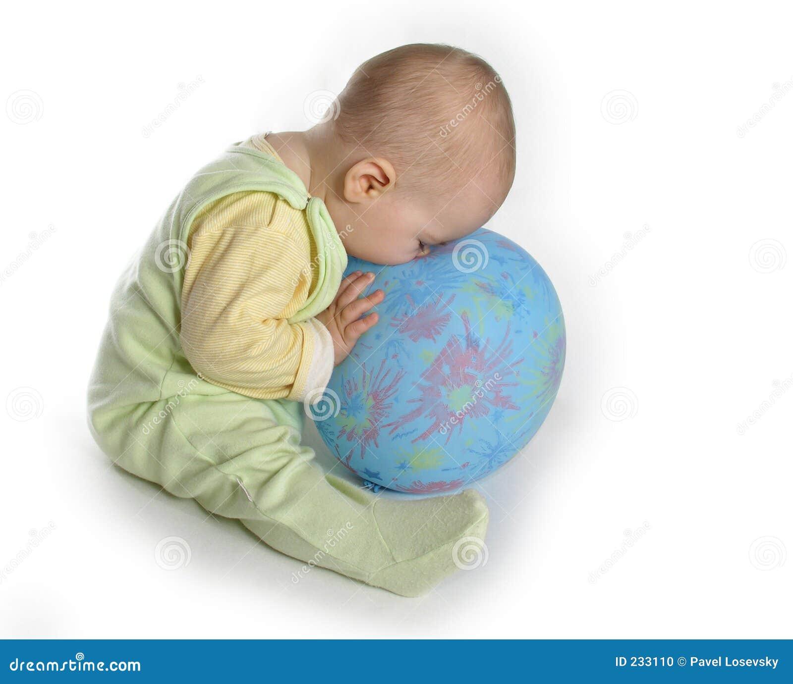 Dziecko balona dotknąć nosa
