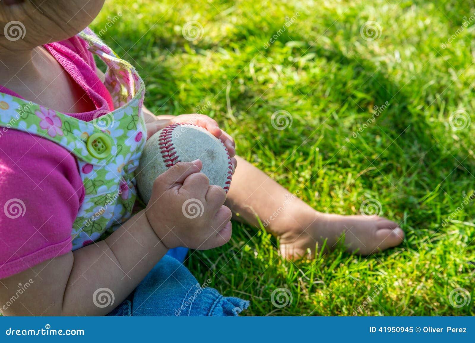 Dziecko bawić się z baseballem w cieniu