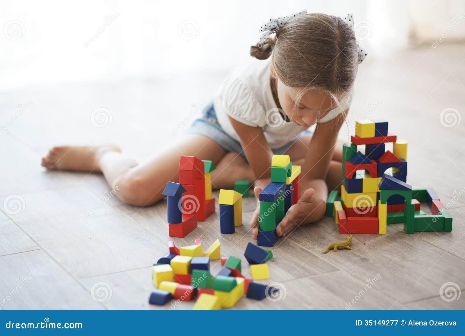 Dziecko bawić się z blokami