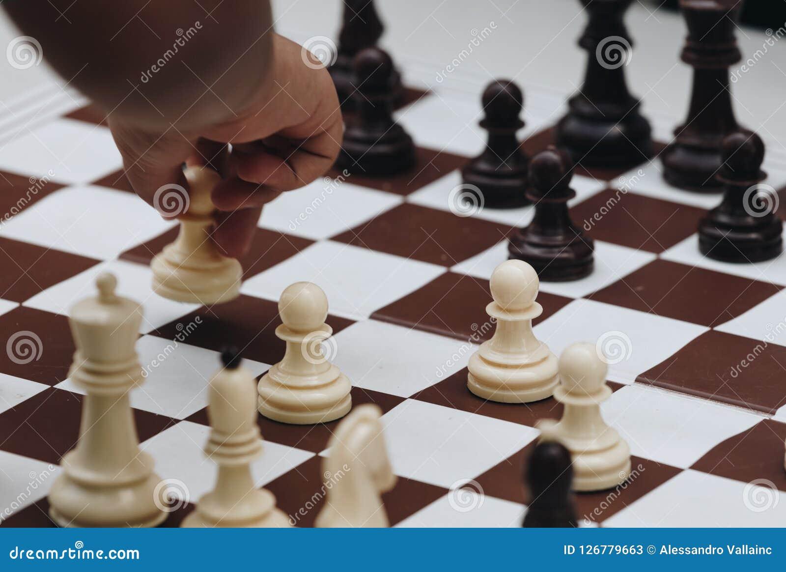 Dziecko bawić się z szachy