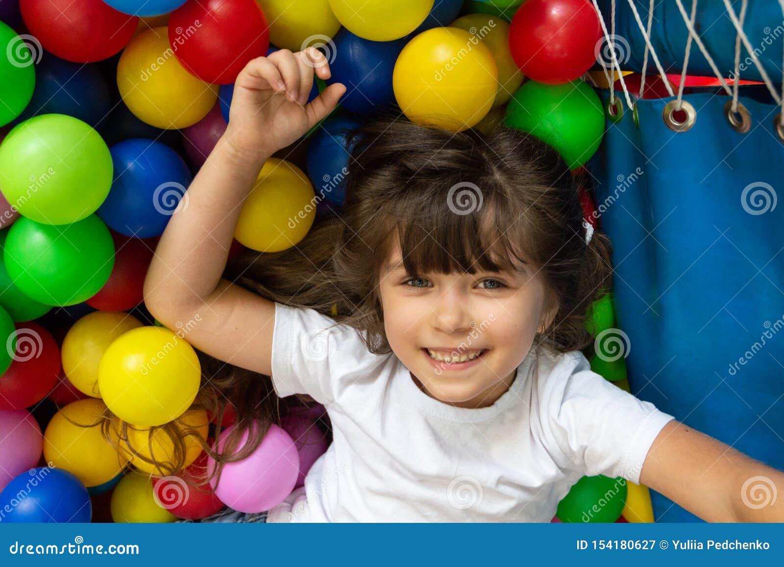 Dziecko bawi? si? z kolorowymi pi?kami w boisko pi?ki basenie Aktywno?? zabawki dla ma?ego dziecka Żartuje szczęście emocję ma za
