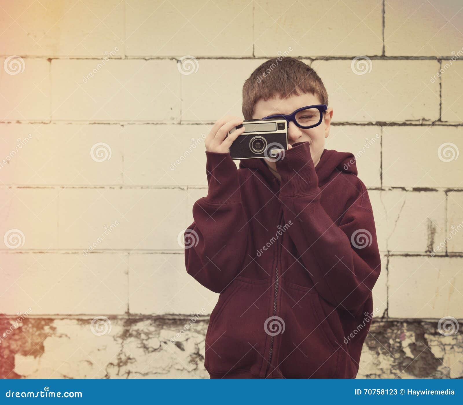 Dziecko Bierze fotografię z rocznik kamerą