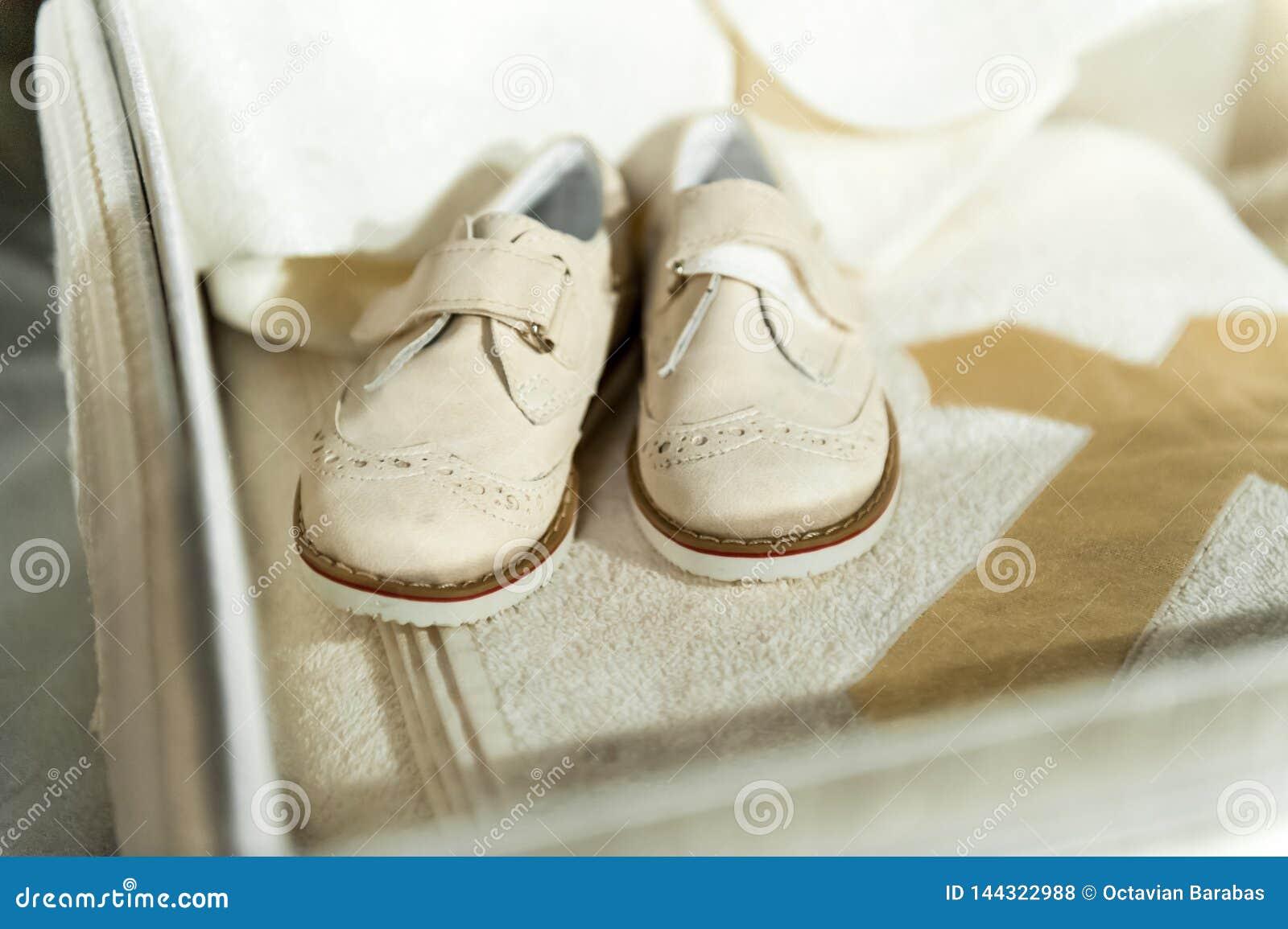 Dziecko buty na drewnianym tle
