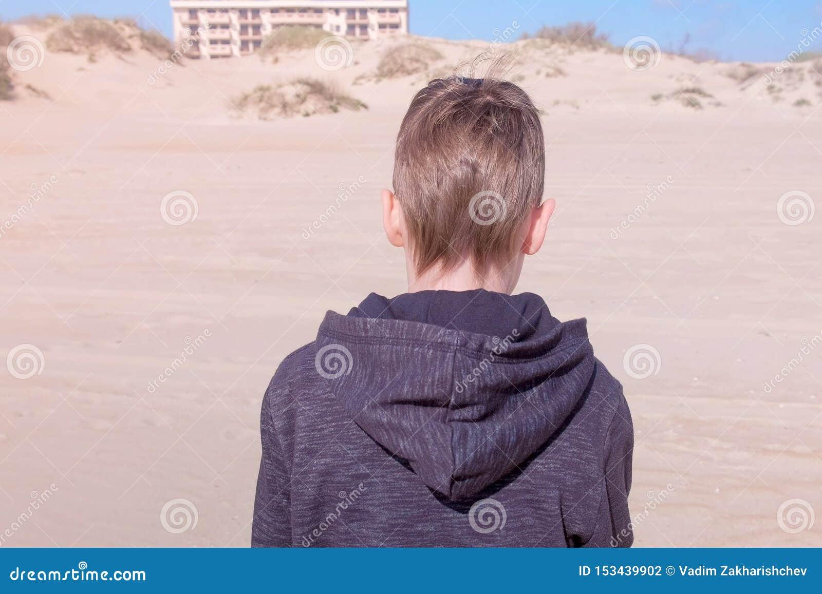 Dziecko chłopiec chodzi na piasek plaży piasek diuny z powrotem przegląda outdoors aktywność