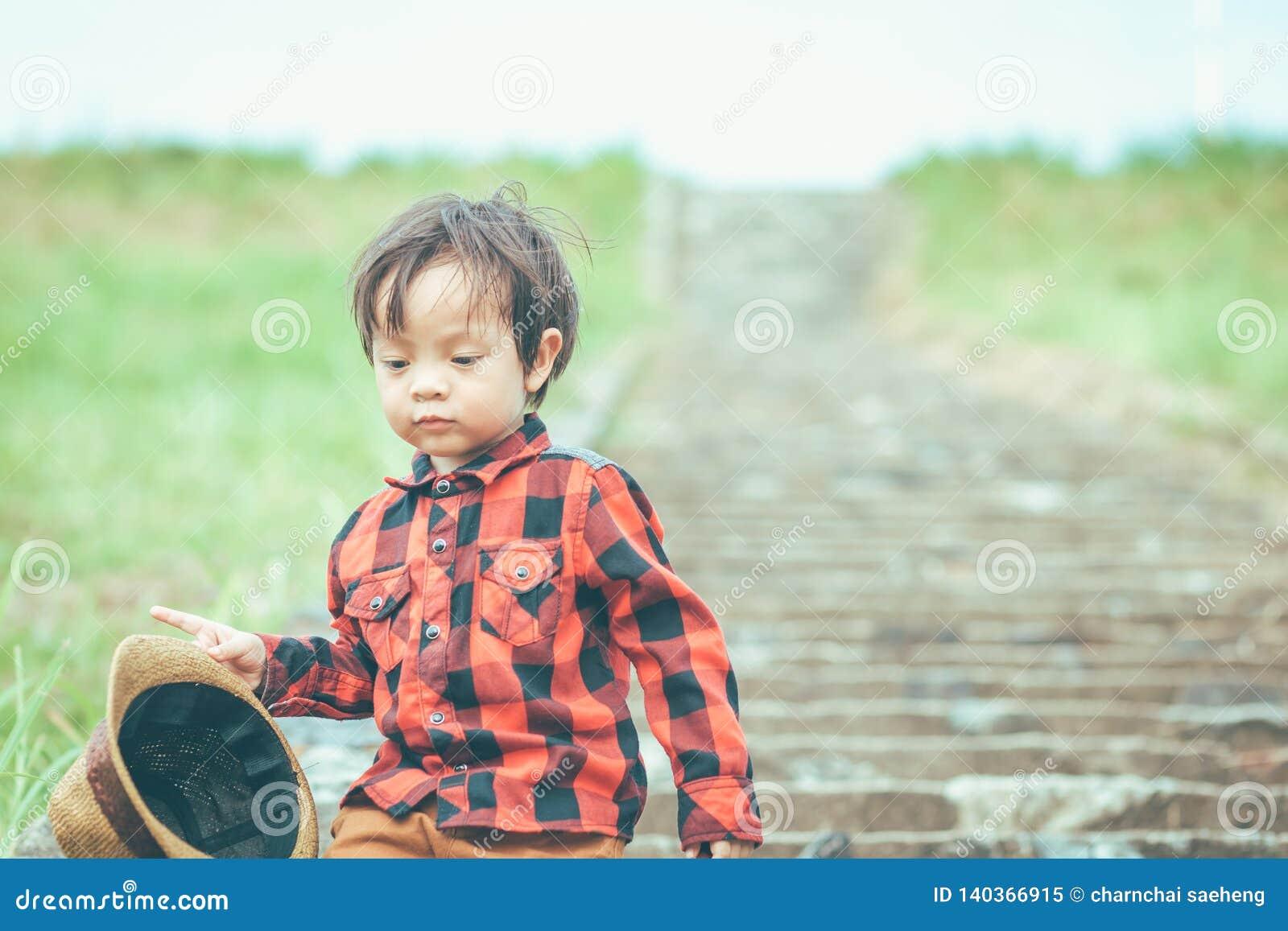 Dziecko chwyta odprowadzenie na schodku i kapelusz Dzieci śluzy