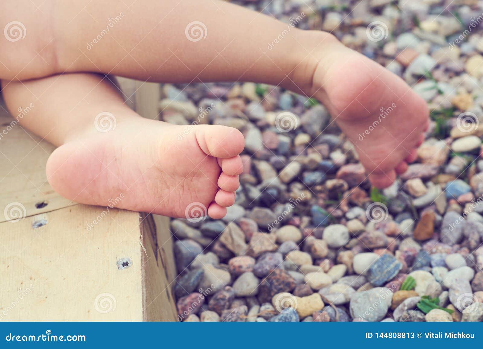 Dziecko cieki mały dziecko na w górę otoczak plaży Wakacje na morzu śródziemnomorskim