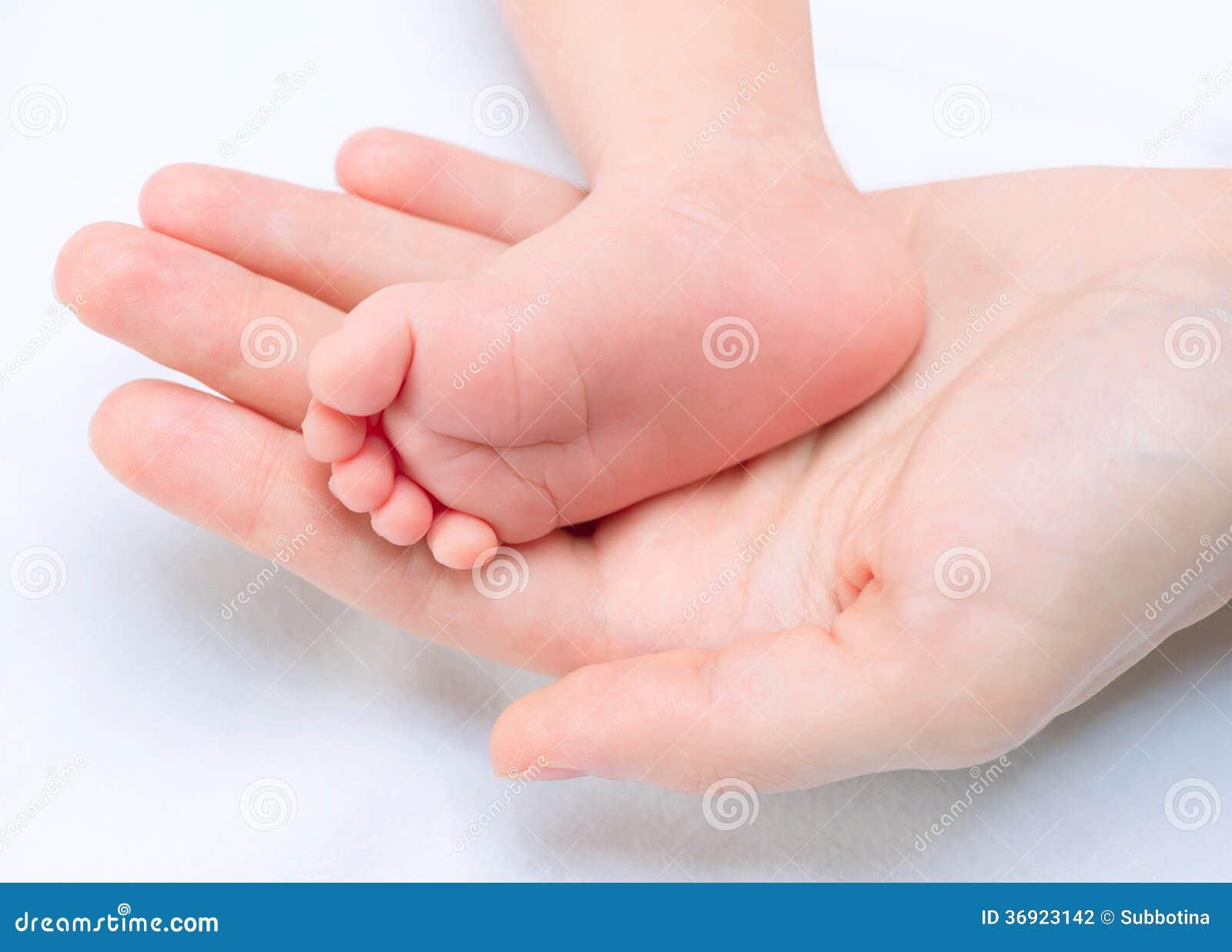 Dziecko cieki w Macierzystych rękach