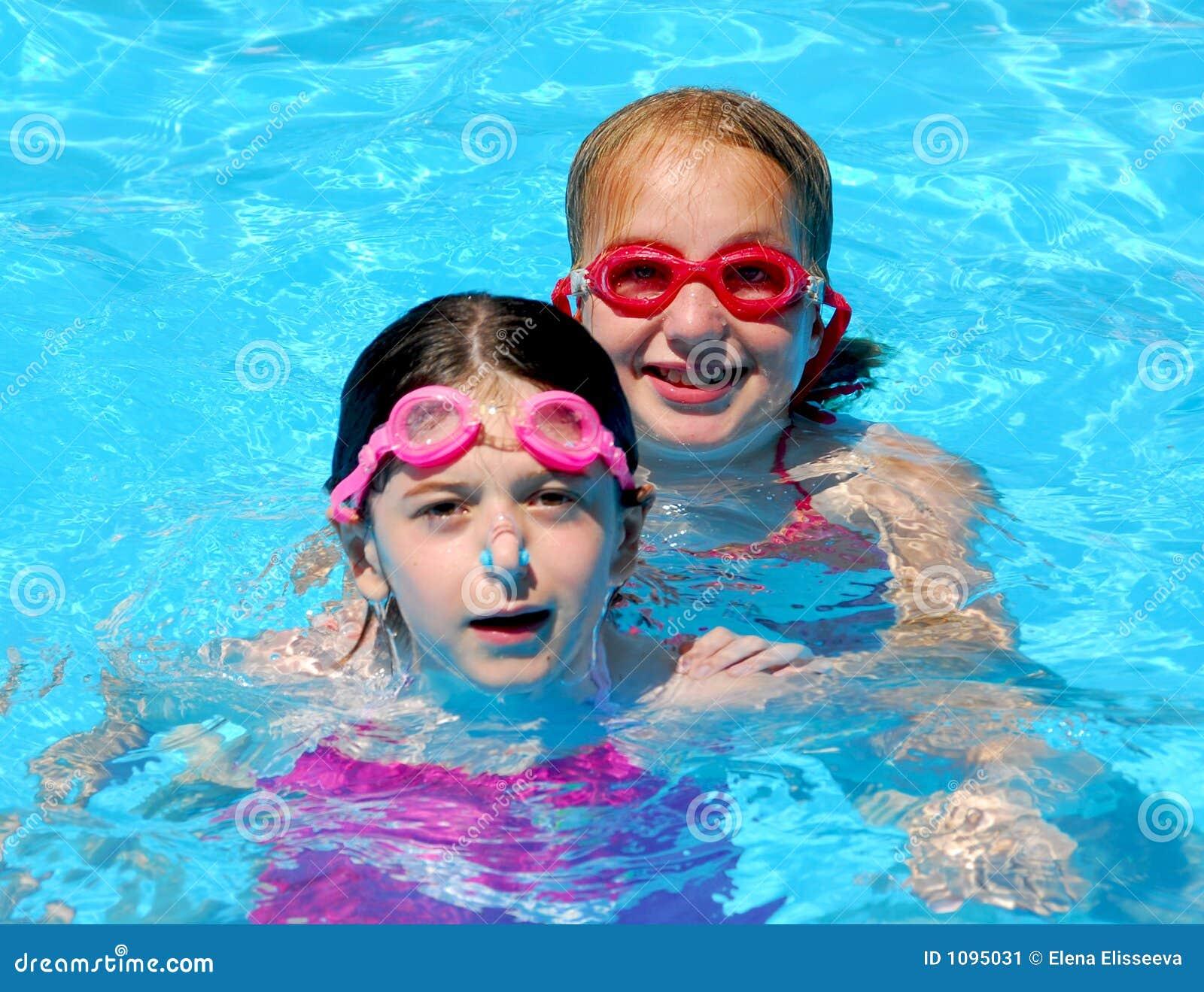 Dziecko dziewczyn basenu
