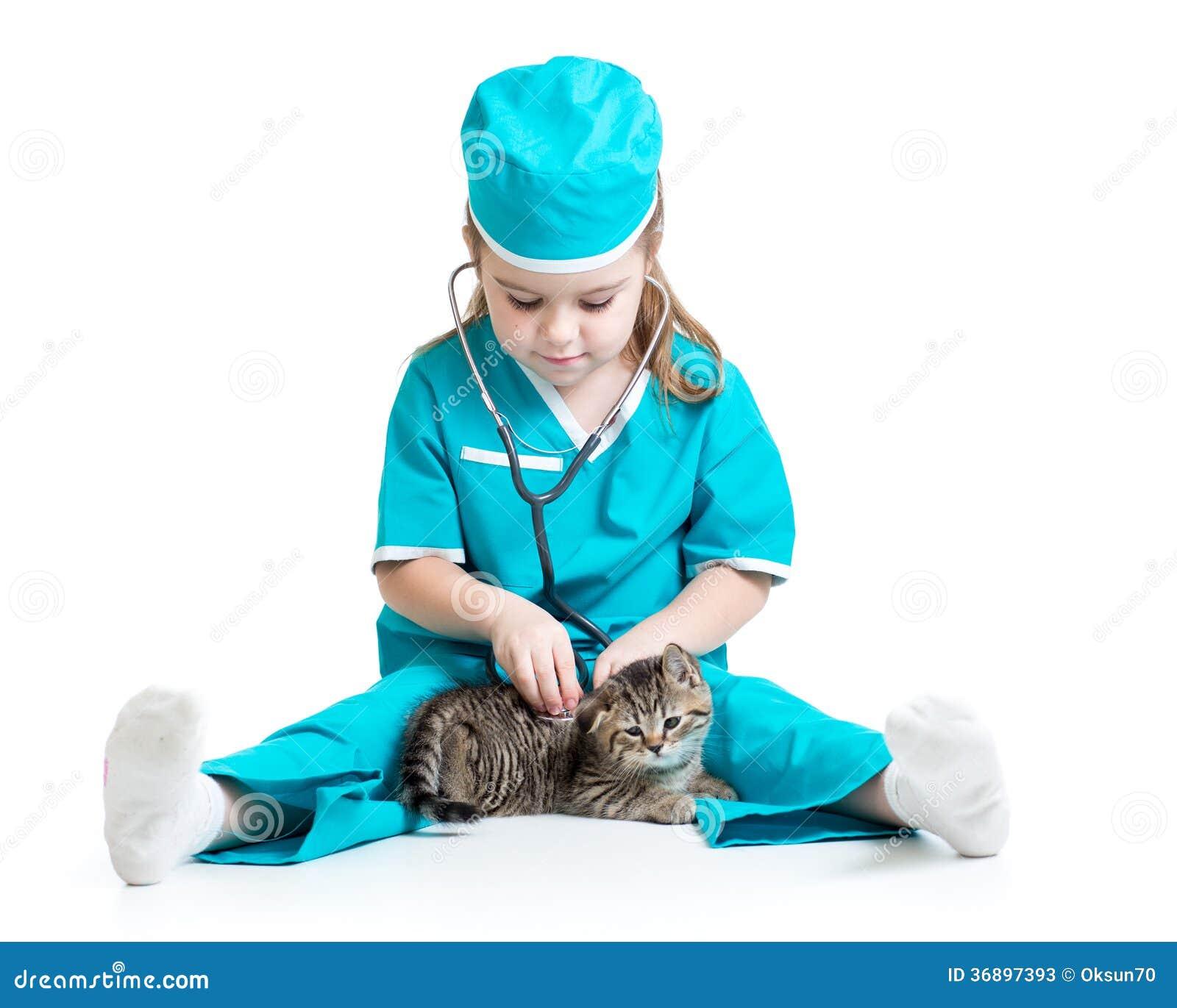 Dziecko dziewczyna bawić się lekarkę z kotem odizolowywającym