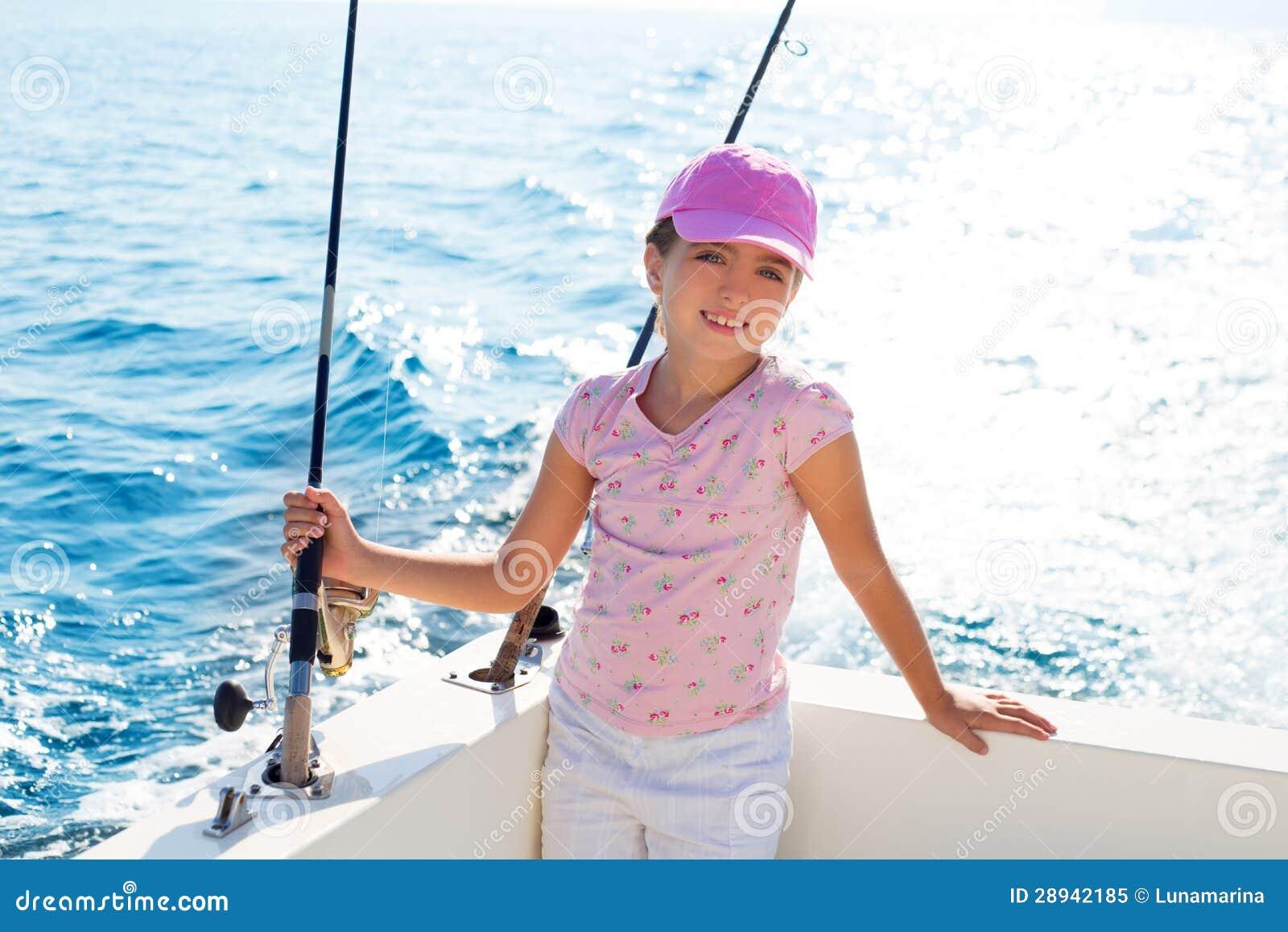 Dziecko dziewczyny żeglowanie w łodzi rybackiej mienia prąciu
