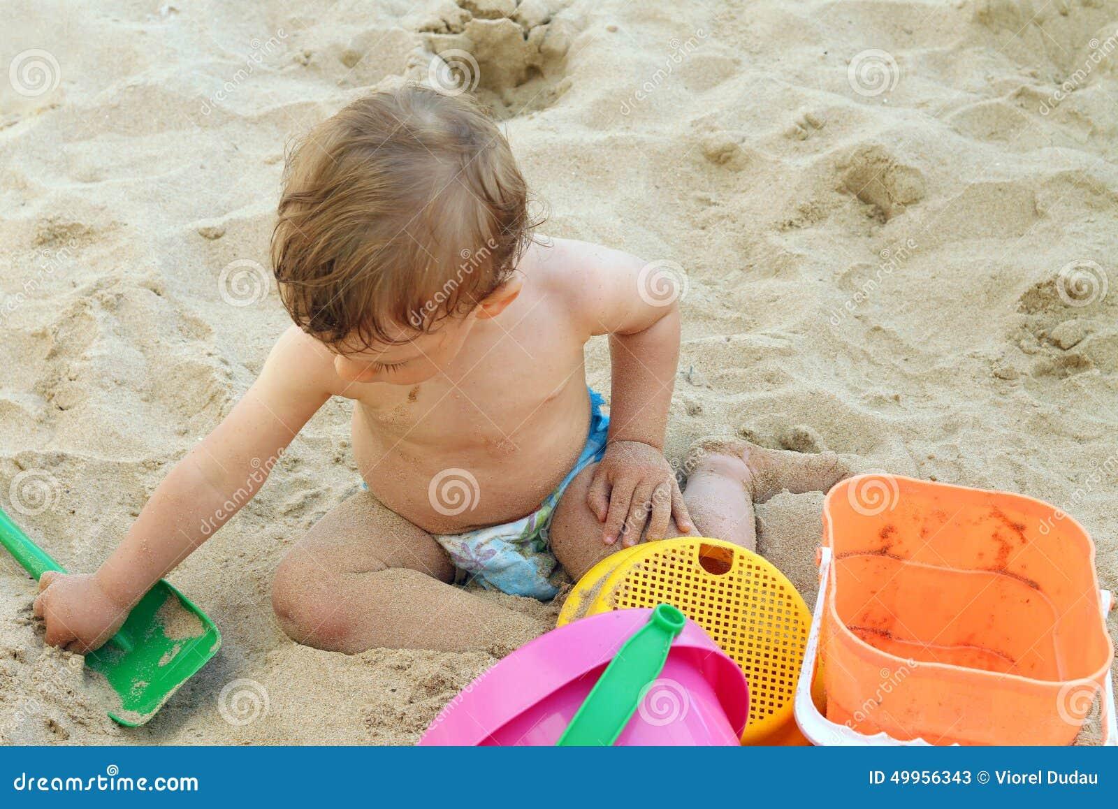 Dziecko gra piasku