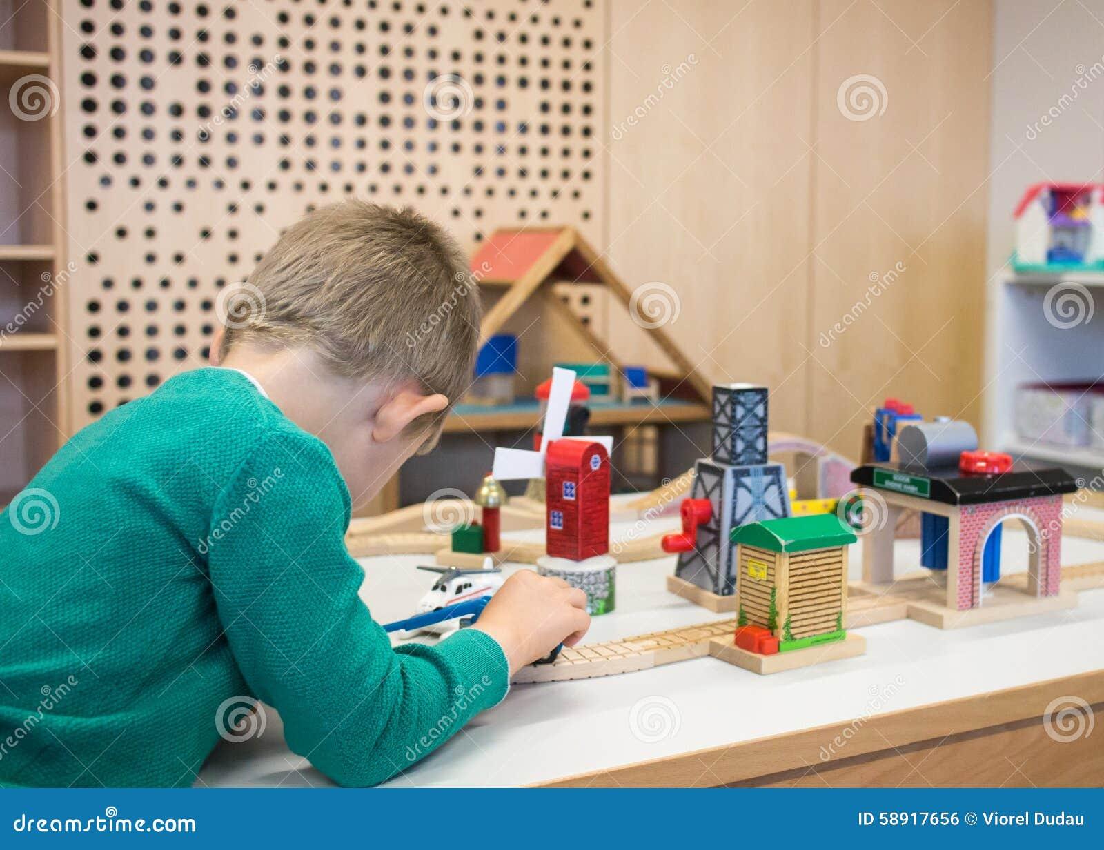 Dziecko gra zabawki