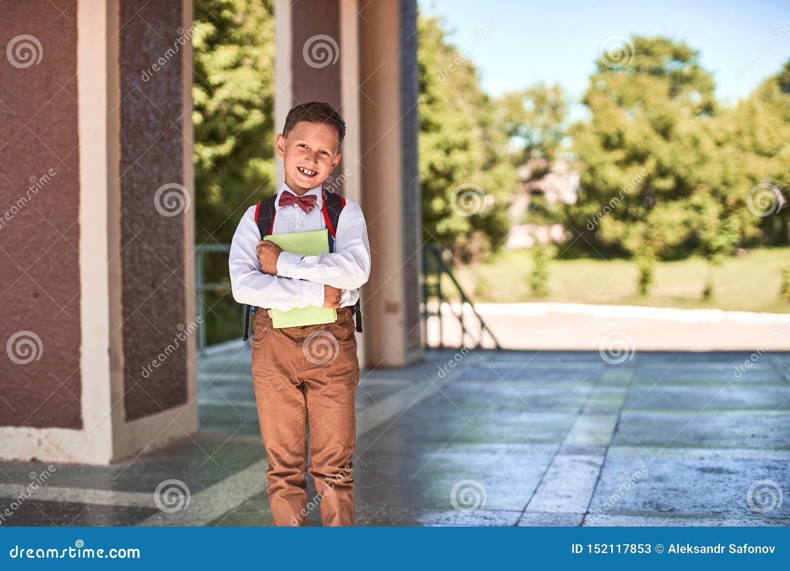 Dziecko iść szkoła podstawowa portret szczęśliwy dziecko z teczką z powrotem na jego