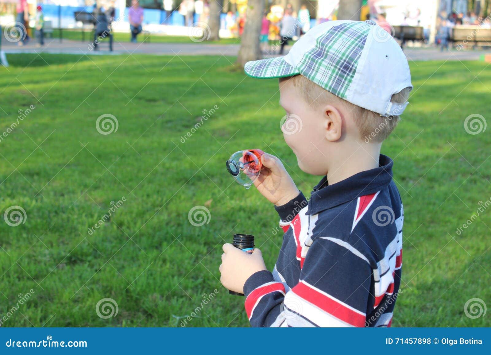 Dziecko i bąble w lecie
