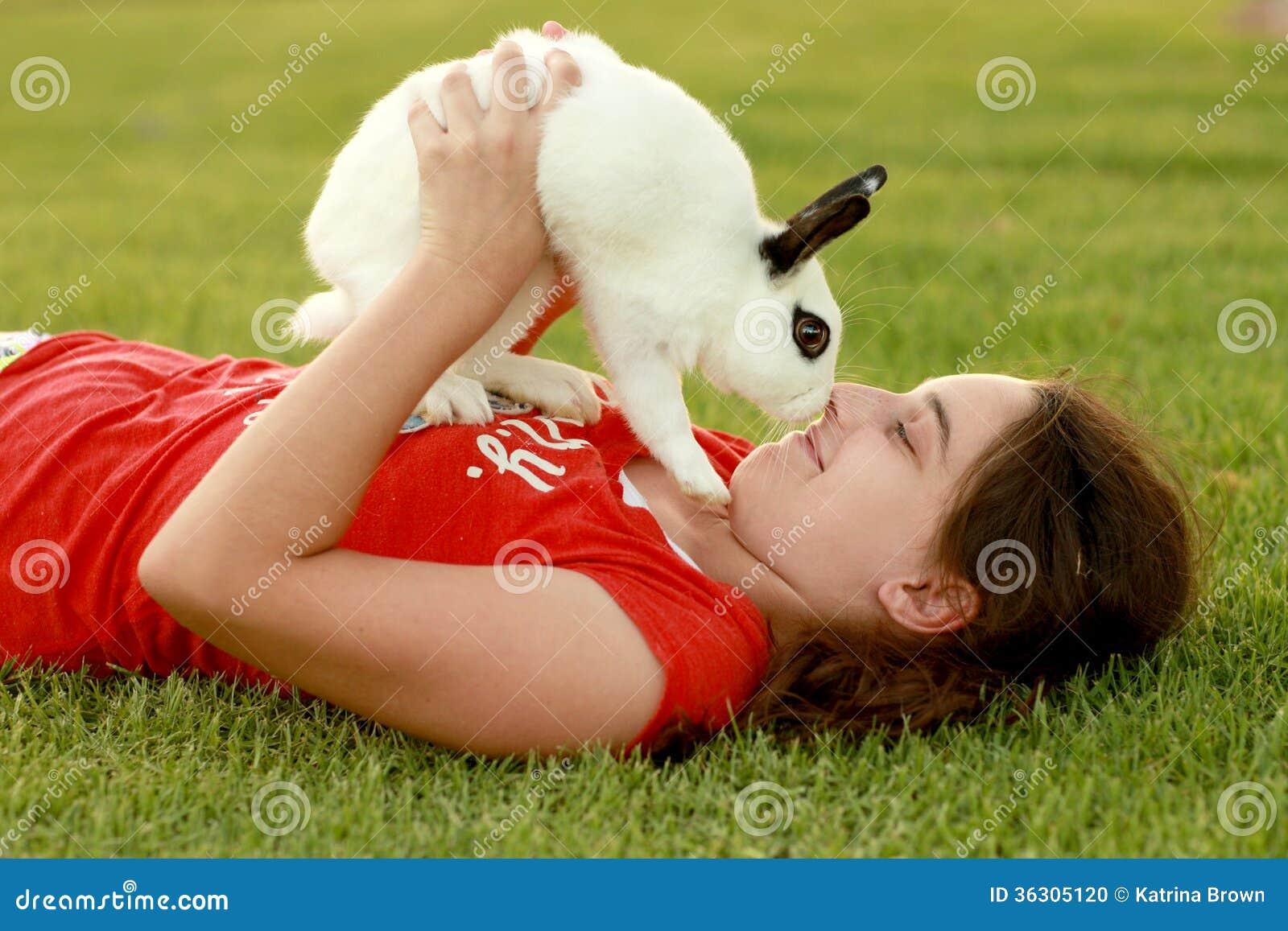 Dziecko i Jej zwierzę domowe królik Bawić się Outdoors