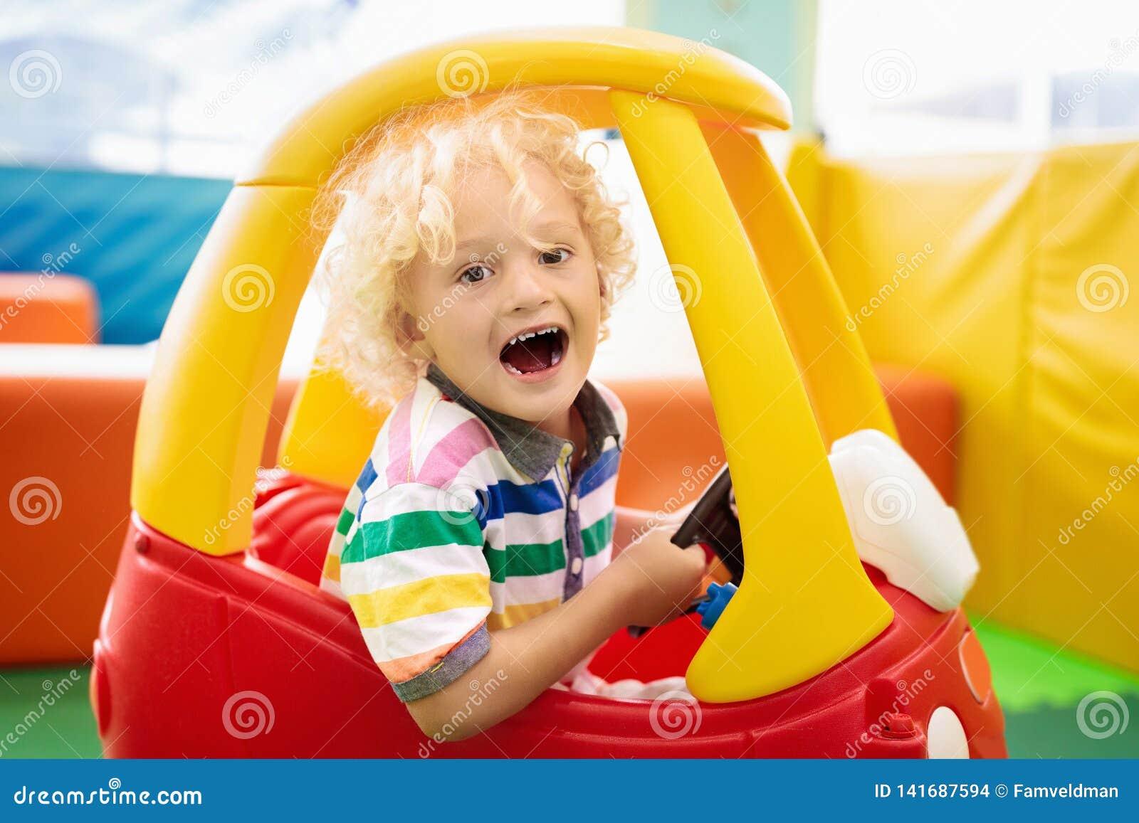 Dziecko jazdy zabawki samochód małe chłopiec zabawki