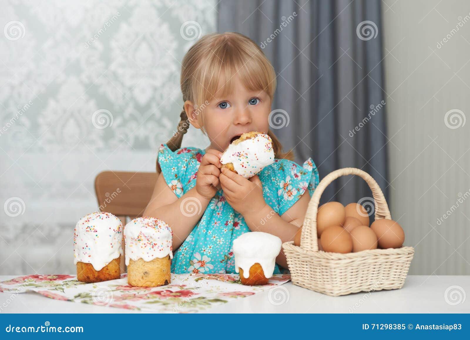 Dziecko je Easter jajka i tort