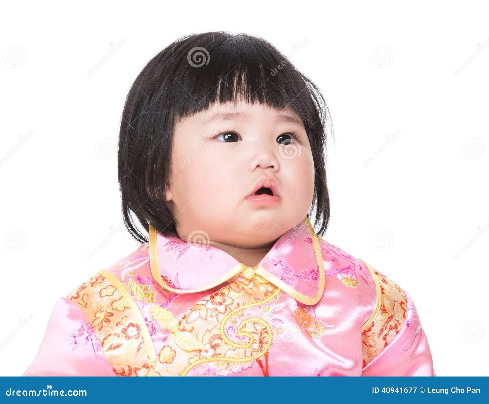 Dziecko jest ubranym cheongsam kostium dla Chińskiego nowego roku