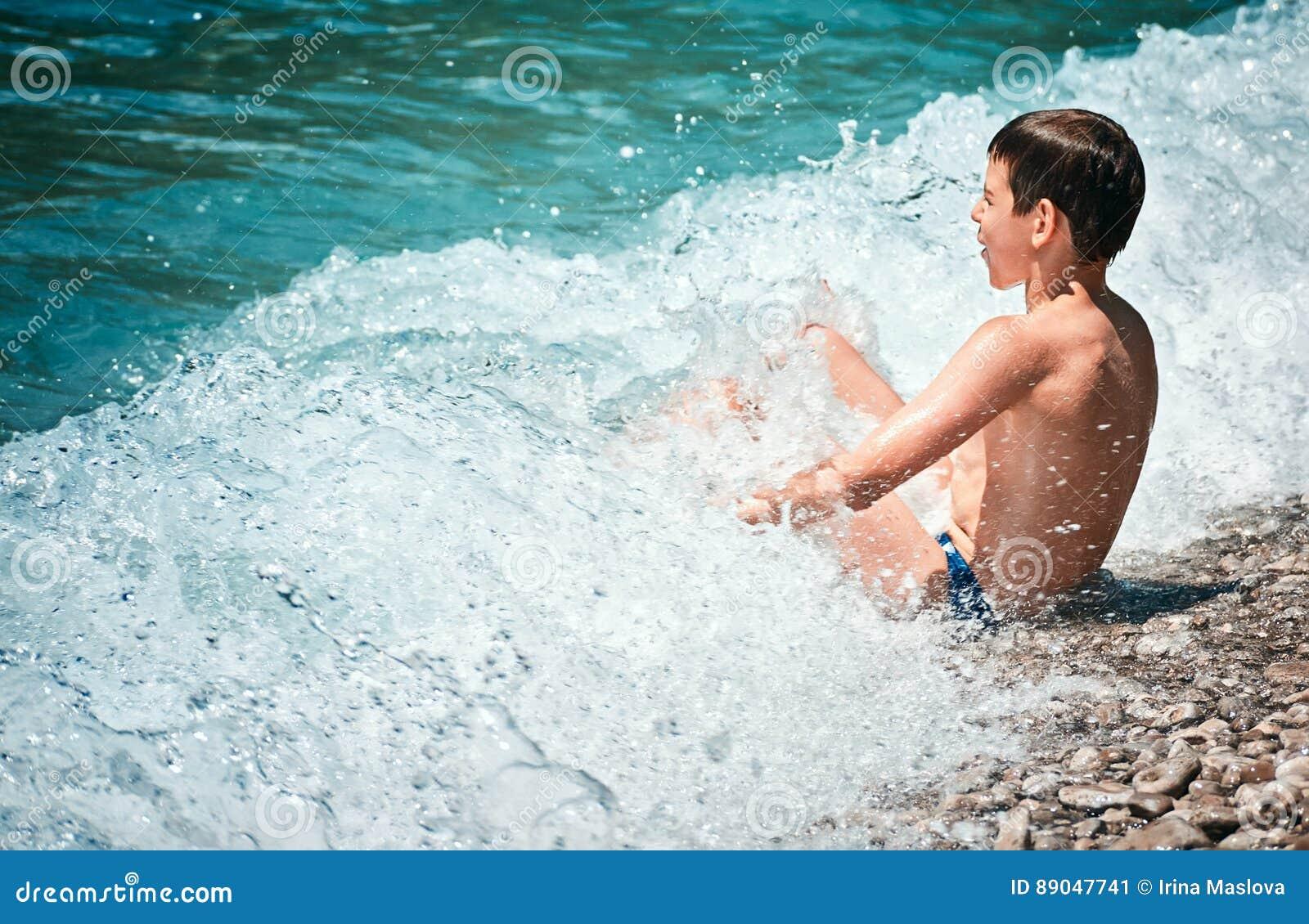 Dziecko kąpać fala kipieli Adriatik Lustica denną plażę Zanjic Montenegro