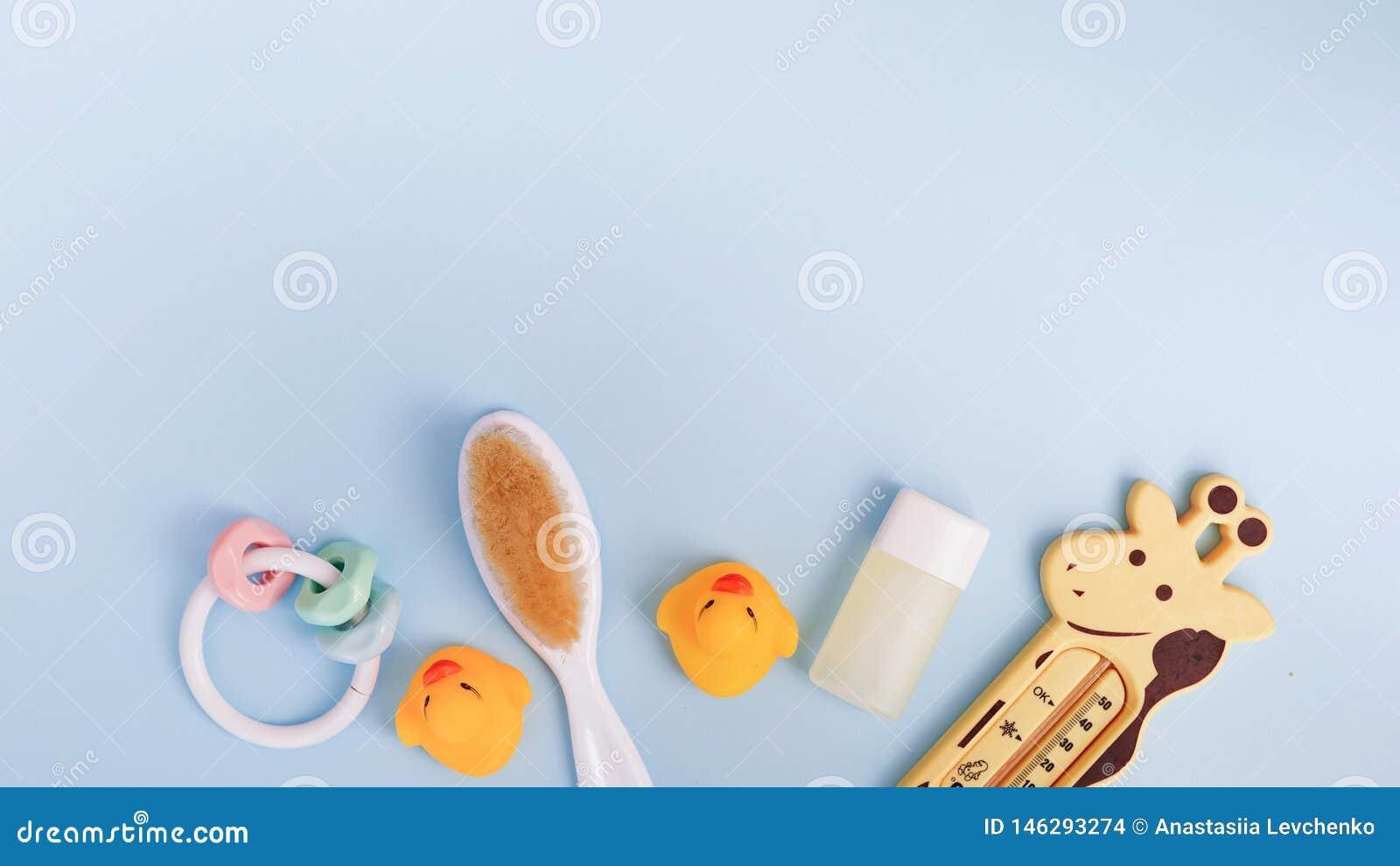 Dziecko kąpielowi produkty na błękitnym tle z kopii przestrzenią mieszkania myd?a nieatutowy bar, ?