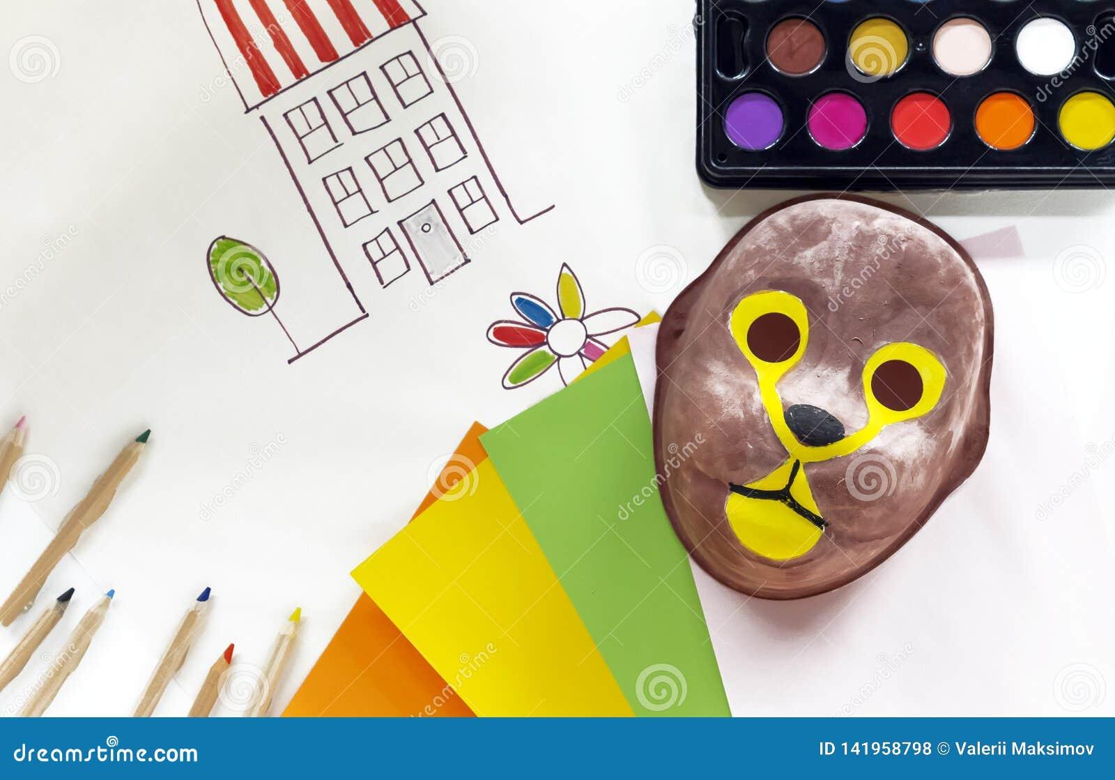 Dziecko karnawału maska malująca z farbami Pojęcie kolorystyk maski