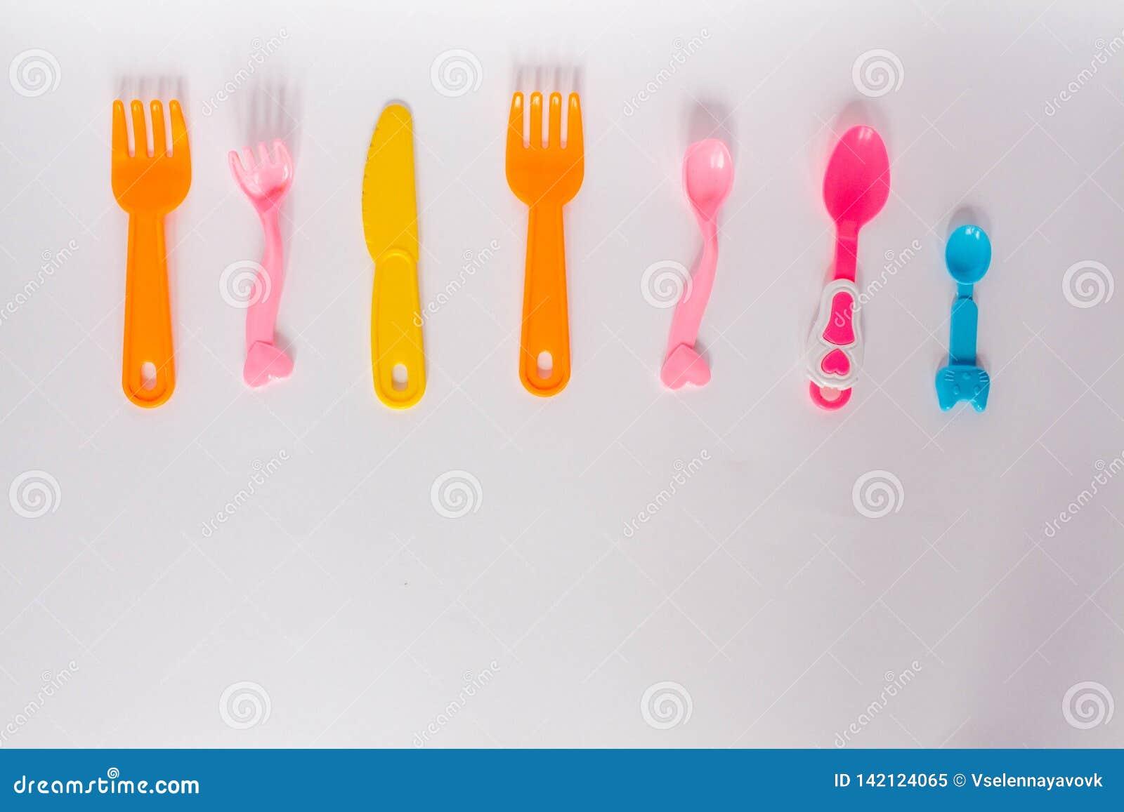 Dziecko klingerytu naczynia na białym tle, rozwidlenia, łyżki, talerz z przestrzenią dla teksta Mieszkanie nieatutowy, odgórnego
