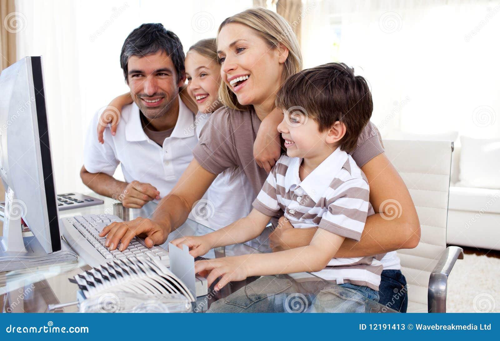 Dziecko komputer wychowywa ich używać
