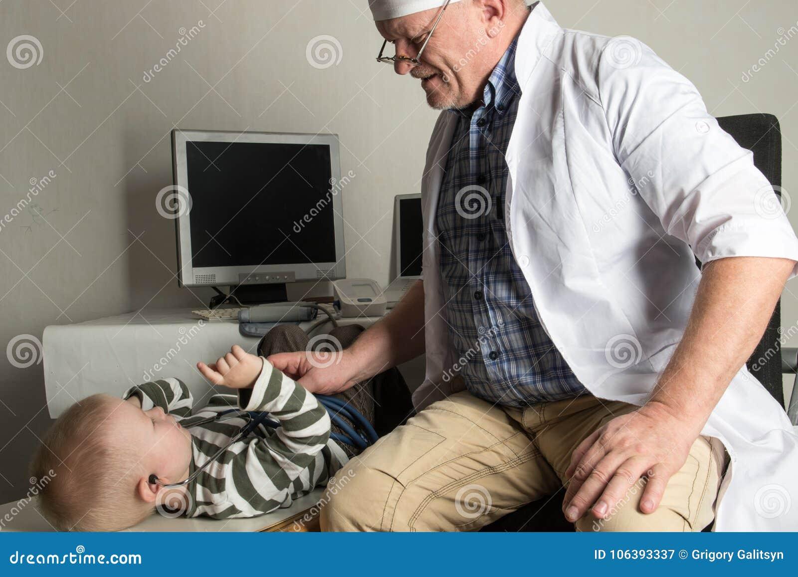 Dziecko lekarka egzamininuje pacjentów w jego biurze Szczęśliwi dzieci są bardzo łasi dobry pediatra Pojęcie domowy d