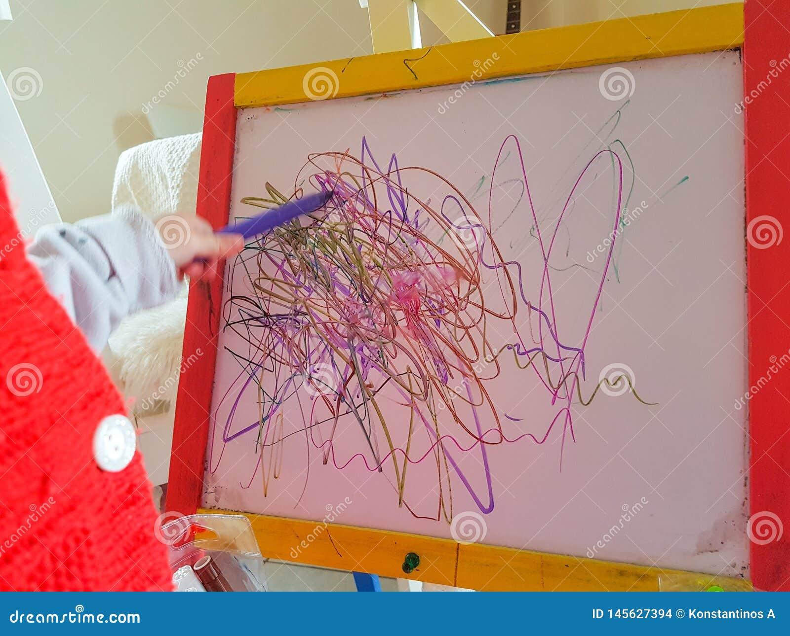 Dziecko linii preschool rysuje abstrakcjonistyczny wiek