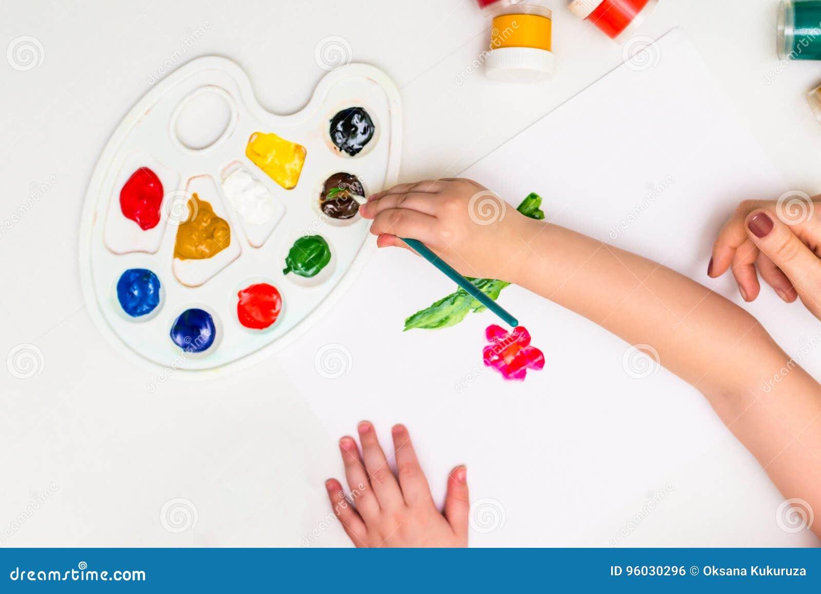 Dziecko maluje kwiatu