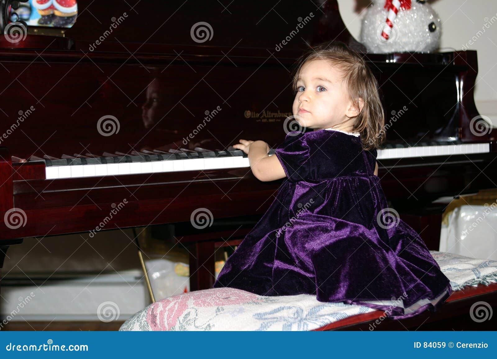 Dziecko na fortepianie