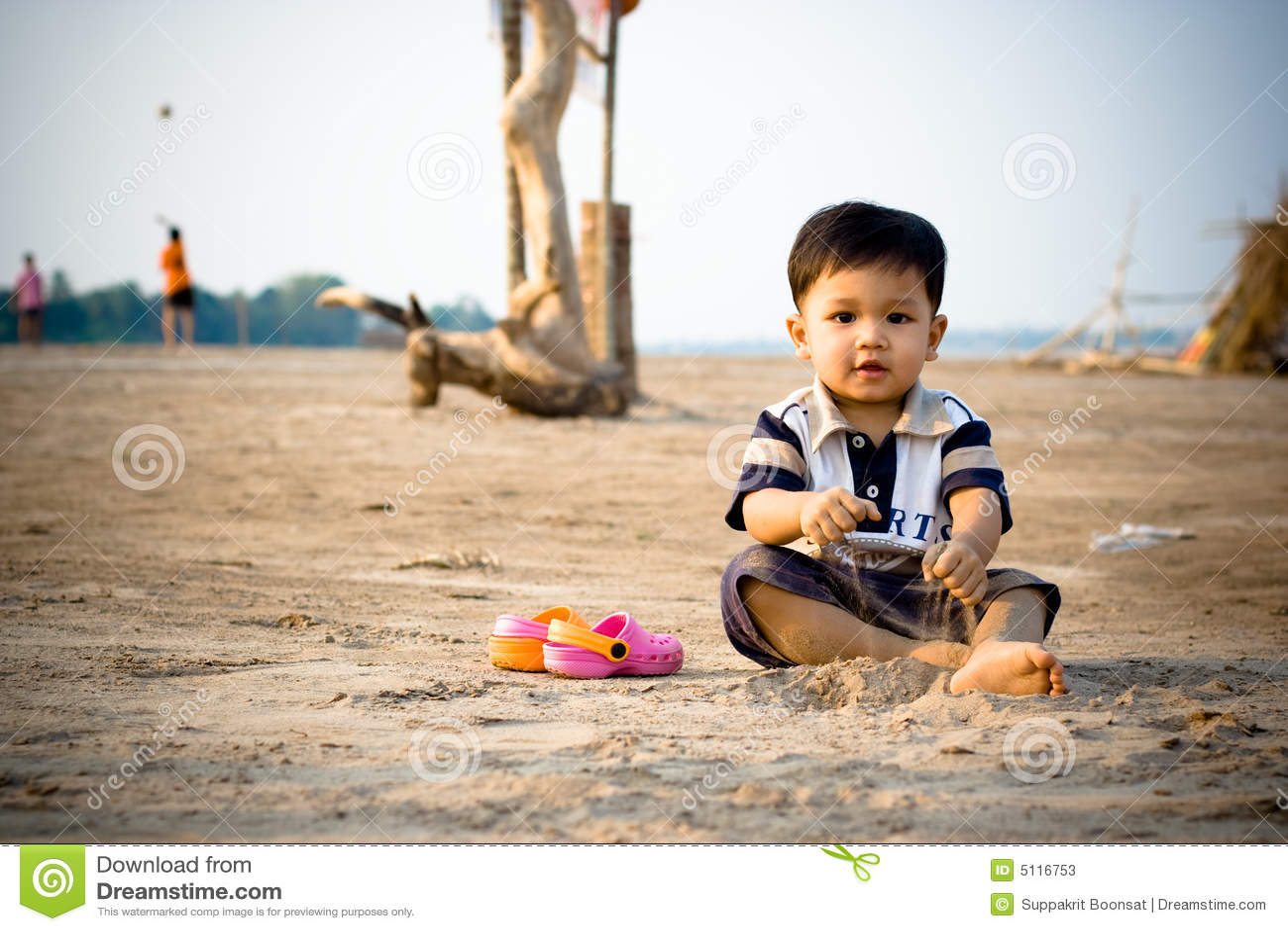 Dziecko na plaży grać