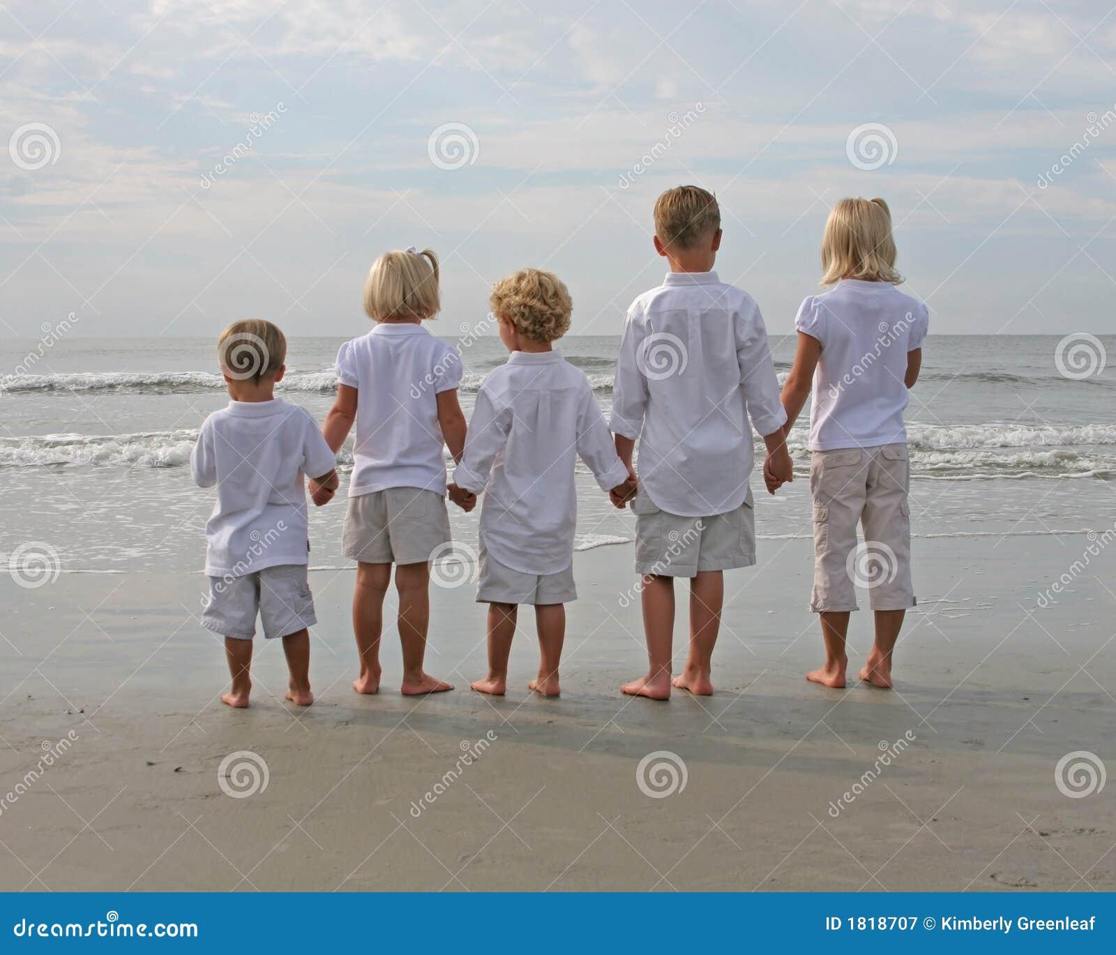 Dziecko na plaży utrzymać rąk