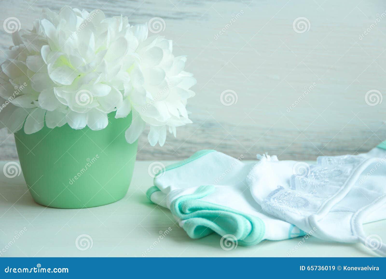 Dziecko odziewa i na stole